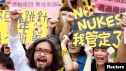 Trong khi một số nhà lập pháp tin rằng chi phí phế thải ở nước ngoài quá cao, các nhà lãnh trong phong trào dân chúng ở Đài Loan chống lại năng lượng hạt nhân viện dẫn nhiều rủi ro khác.
