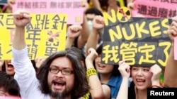 Para aktivis dalam protes menentang pembangkunan pembangkit listrik tenaga nuklir di Taipei (27/4). (Reuters/Pichi Chuang)