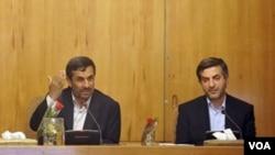 Mahmoud Amadineyad y su jefe de gabinete Esfandiar Rahim Mashaie (derecha).