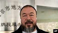中国异议艺术家艾未未离开北京税务局时展示他的交税担保单(2011年11月16日)