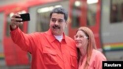 """El presidente de Venezuela, Nicolás Maduro, se toma una """"selfie"""" con su esposa, Cilia Flores, a su llegada a un acto con trabajadores del transporte en Caracas, el jueves, 24 de enero de 2018."""