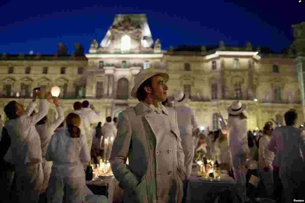 اس اعشائیے میں شرکت کے لیے سفید لباس پہننا ضروری ہوتا ہے۔