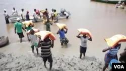 Des dizaines de milliers de victimes du cyclone Idai, qui a frappé le Mozambique l'année dernière, vivent toujours dans des abris de fortune. (VOA)