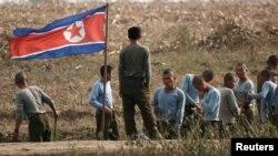 북-중 접경 지역인 신의주에서 건설 현장에 동원된 북한 군인들. (자료사진)