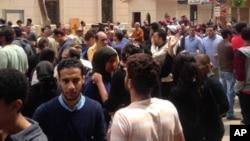 在埃及北部城市坦塔一座教堂星期天发生爆炸后,参加礼拜活动的人的亲属及其民众聚集在这所教堂外面。 (2017年4月9日)
