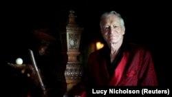 ARSIP - Pendiri majalah Playboy, Hugh Hefner, berpose di istana Playboy miliknya di Los Angeles, California, 27 Juli 2010 (foto: REUTERS/Lucy Nicholson/Foto Arsip)