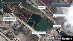 """美国""""战略与国际研究中心""""(CSIS)提供给路透社2019年4月17日的卫星照片显示上海江南造船厂内一处建造平台上的船只建造项目"""