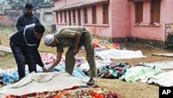 ایک بھارتی فوجی ہلاک ہونے والے ماؤنواز کی لاش دیکھ رہا ہے