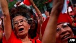 Người biểu tình Áo Đỏ xuống đường tại trung tâm mua sắm ở thủ đô Bangkok
