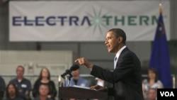 """Presiden AS Barack Obama memberikan pidato di kantor perusahaan energi terbarukan """"ElectraTherm"""" di kota Reno, Nevada (21/4)."""