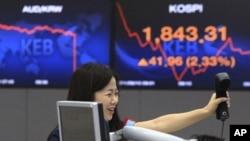 8月10日在汉城股票电子看版前的一名外汇交易员