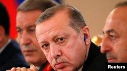 ترکی کے صدر رجب طیب اردوان ( درمیان) فائل فوٹو