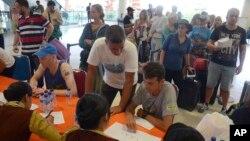 인도네시아 발리섬 아궁 화산 분화로 발이 묶인 외국인 여행객들이 28일 발리 국제공항에서 여행사 직원의 안내를 받고 있다.