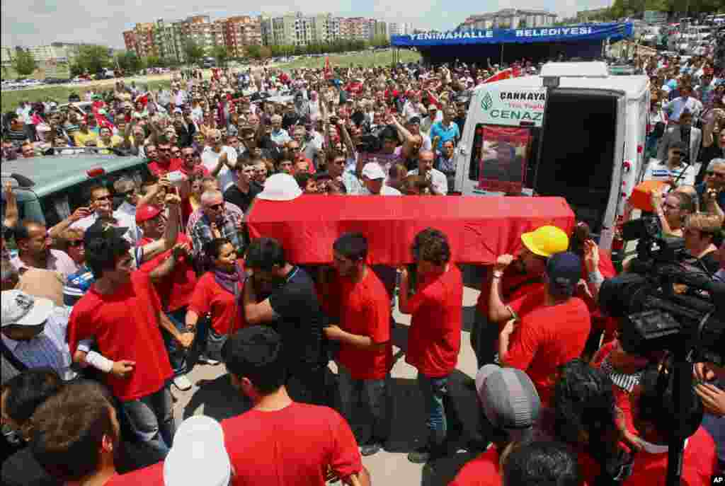People carry the coffin of Ethem Sarisuluk, one of five people killed during the recent protests, Ankara, Turkey, June 16, 2013.