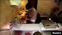 2013年2月14日在法國尼斯﹐屠夫查爾斯•馬薩在他的馬屠宰店內加工馬肉