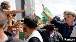 Bolsonaro bahkan ikut serta dalam demo menentang kebijakan 'di rumah aja'.