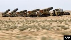 Giàn phóng hỏa tiễn của quân đội chính phủ Libya trong khu vực sa mạc gần thị trấn Ajdabiyah