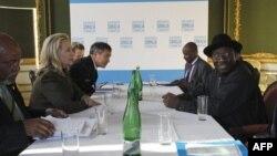Ngoại trưởng Hoa Kỳ Hillary Clinton (trái) họp với Tổng thống Nigeria Goodluck Jonathan tại hội nghị ở London