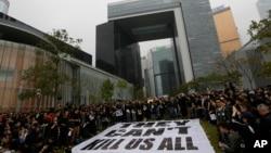 香港記者協會表示,大約有一萬三千人參與了遊行示威,譴責對前明報總編劉進圖的惡意襲擊