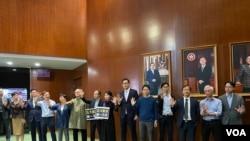 """十多名香港民主派立法會議員在會議廳外手持""""五大訴求、缺一不可""""的標語,抗議特首林鄭月娥不回應市民訴求。(美國之音湯惠芸拍攝)"""