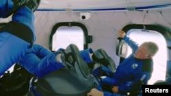 加拿大演員威廉·夏特納等人在太空體會失重狀態(2021年10月13日)
