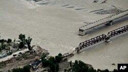 سوات کے قریب ایک سیلابی ریلے سے متاثر ہونے والا پل