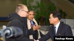 5일 평양 국제공항에 도착한 제프리 펠트먼(왼쪽) 유엔 사무차장이 마중 나온 북한 외무성 관계자와 악수하고 있다.