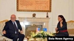 Predsednica Kosova Atifete Jahjaga i zamenik pomoćnika državnog sekretara SAD Filip Riker razgovaraju u Prištini, 10. septembra 2012.