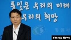 김형석 한국 통일부 대변인이 29일 개성공단문제 등 현안에 대해 브리핑하고 있다.