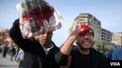 Manifestantes a favor y opositores del gobierno de Mubarak se enfrentan en la plaza Tahrir, en El Cairo.