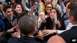 Le président Barack Obama serre la main à une foule des gens après une réunion Buenos Aires, Argentine, 23 mars, 2016.