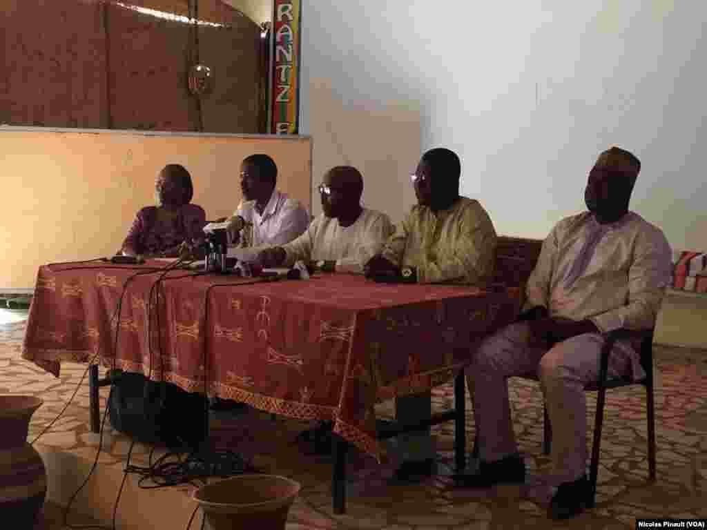 Conférence de presse du collectif Résistance citoyenne à Niamey, 18 février 2016 (VOA/Nicolas Pinault). Le collectif dénonce l'autorisation du vote par témoignage par la Commission électorale nationale indépendante.