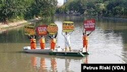 Para aktivis lingkungan dari Ecoton sedang berkampanye mengurangi penggunaan plastik di Kali Mas Surabaya (Foto:VOA/Petrus Riski).