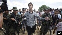 El periodista francés, Roméo Langlois, fue secuestrado por las FARC durante combates contra las fuerzas armadas colombianas.