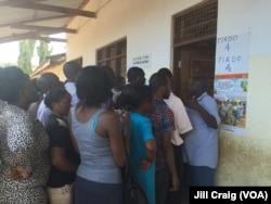 Tanzanians wait in line to vote in the general election, Mbuyuni, Dar es Salaam, Tanzania, Oct. 25, 2015.