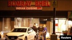 La policía de Toronto busca a dos sospechosos de lanzar un artefacto explosivo dentro de un restaurante indio en un suburbio de Toronto.