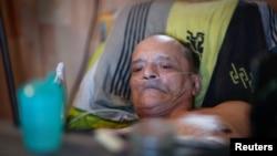 Alain Cocq, warga Perancis berusia 57 tahun, bertahun-tahun terbaring di tempat tidur karena penyakit generatif yang tidak ada obatnya, di Dijon, Perancis, 19 Agustus 2020. (Foto: Reuters)