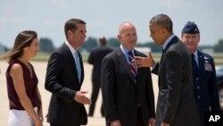 El presidente Barack Obama saluda a Beau Biden (segundo desde la izquierda) y a su esposa Hallie a su llegada a Delaware, en julio de 2014. A la derecha de Biden aparece el gobernador del estado, Jack Markell.