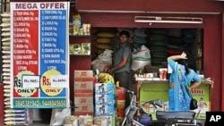 一名婦女在印度班加羅爾光顧一家當地的雜貨店。(資料圖片)