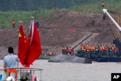 Các nhân viên cứu hộ tìm kiếm nạn nhân vụ lật tàu trên sông Dương Tử.
