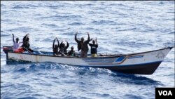Para anggota bajak laut Somalia di atas kapal mereka (foto: dok).