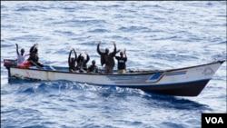 Para anggota bajak laut Somalia (foto: dok).