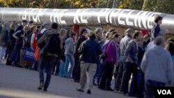 Ribuan pengunjuk rasa membawa replika pipa minyak Keystone XL di depan Gedung Putih (Foto: dok). Isu ini kembli muncul di awal masa jabatan ke-2 Presiden Barack Obama.