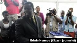 Daviz Simango coloca o seu voto na urna. Beira, Moçambique, Out. 15, 2014