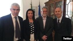 Los legisladores venezolanos de oposición, Américo de Grazia (segundo desde la derecha) y Mariela Magallanes, posan en el Consulado italiano en Caracas con el legislador italiano Pierferdinando Casini y el embajador Placido Vigo, el 30 de noviembre de 2019.