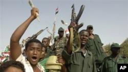 Warga Sudan bersorak gembira saat Presiden Omar al-Bashir mengumumkan kemenangan mereka atas Sudan Selatan di Khartoum (20/4)