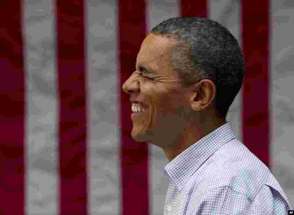 Собравшиеся в Арт-центре Чикаго поздравляют президента США с днем рождения. 12 августа 2012 года.