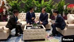 문재인 한국 대통령과 아베 신조 일본 총리가 4일 태국 방콕 임팩트포럼에서 아세안+3 정상회의 전 환담을 하고 있다.