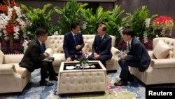 문재인 한국 대통령과 아베 신조 일본 총리가 지난달 태국 방콕 임팩트포럼에서 아세안+3 정상회의 전 환담을 하고 있다.