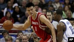 Houston Rockets center Yao Ming (L) drives against Orlando Magic center Dwight Howard during an NBA game in Orlando, Florida, Jan. 4, 2008.